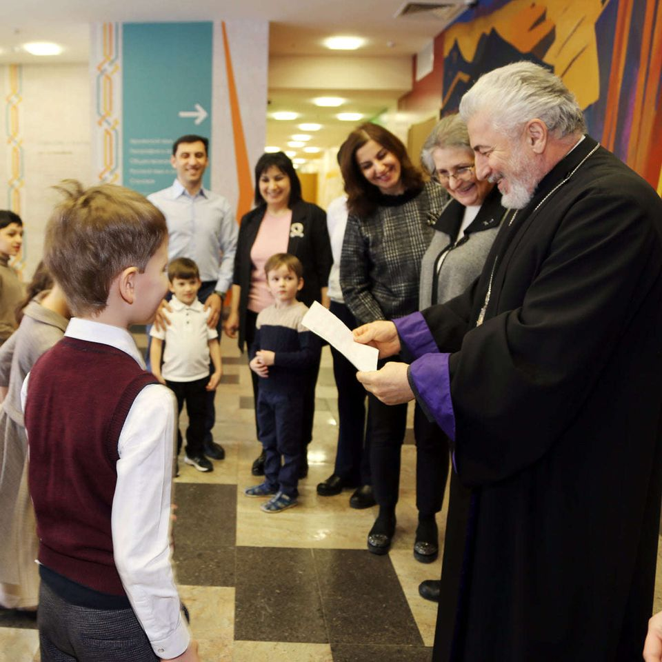 Ученики Гимназии поздравляют Архиепископа Езраса с Рождеством